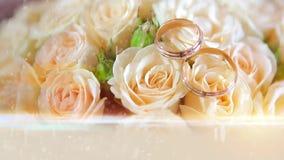 Anillos de bodas con las flores almacen de metraje de vídeo