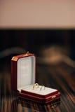 Anillos de bodas de los recienes casados en una caja Anillos de oro del compromiso Fotos de archivo libres de regalías