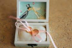 Anillos de bodas de los recienes casados en una caja Anillos de oro del compromiso Imagen de archivo libre de regalías