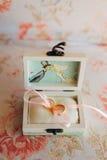 Anillos de bodas de los recienes casados en una caja Anillos de oro del compromiso Foto de archivo libre de regalías