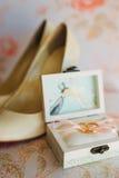 Anillos de bodas de los recienes casados en una caja Anillos de oro del compromiso Fotografía de archivo libre de regalías