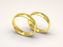 Anillos de bodas de oro en el fondo blanco Fotografía de archivo libre de regalías