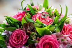Anillos de bodas de oro Invitación de boda, saludo del día de tarjeta del día de San Valentín Ramo de la boda Imágenes de archivo libres de regalías