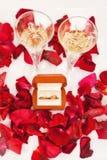 Anillos de bodas de pétalos color de rosa foto de archivo libre de regalías