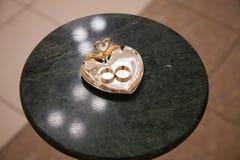 Anillos de bodas del oro Imagenes de archivo