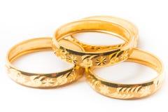 Anillos de bodas del oro aislados en blanco Imagen de archivo