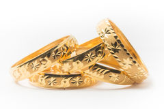 Anillos de bodas del oro aislados en blanco Imágenes de archivo libres de regalías