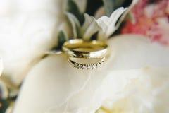 Anillos de bodas del oro en el ramo imágenes de archivo libres de regalías
