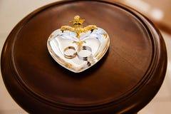 Anillos de bodas del oro en el soporte Fotografía de archivo