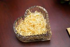 Anillos de bodas del oro en el soporte para los anillos Foto de archivo libre de regalías