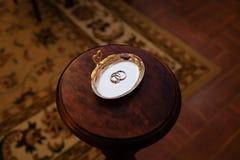 Anillos de bodas del oro en el soporte para los anillos Foto de archivo