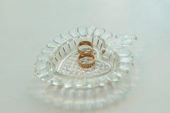Anillos de bodas del oro en el soporte para los anillos Fotos de archivo