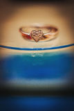 Anillos de bodas del oro en forma de corazón Fotografía de archivo libre de regalías