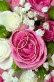 Anillos de bodas del oro en la flor. Fotografía de archivo libre de regalías