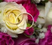 Anillos de bodas del oro en la flor. Imagen de archivo libre de regalías