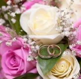 Anillos de bodas del oro en la flor. Adornamiento Fotos de archivo
