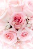 Anillos de bodas del oro en la flor. Adornamiento Foto de archivo libre de regalías