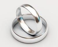 Anillos de bodas del platino en el fondo blanco Fotografía de archivo libre de regalías
