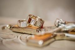 Anillos de bodas, anillos de bodas el día de boda Imagenes de archivo