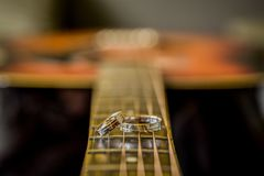 Anillos de bodas, anillos de bodas el día de boda Imagen de archivo libre de regalías