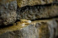 Anillos de bodas, anillos de bodas el día de boda Fotos de archivo libres de regalías