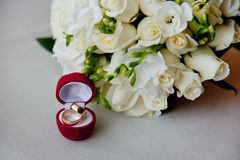 Anillos de bodas el ramo de la novia foto de archivo libre de regalías