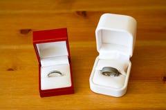 Anillos de bodas en cajas Fotos de archivo