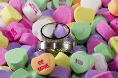 Anillos de bodas en caramelo Fotos de archivo
