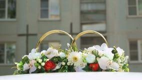 Anillos de bodas en coche Silueta de dos cruces almacen de video