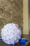 Anillos de bodas en el amortiguador, almohada para los anillos bajo la forma de ramo de rosas, parafernalia de la boda, un símbol Imágenes de archivo libres de regalías