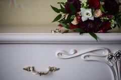 Anillos de bodas en el aparador antiguo blanco Foto de archivo