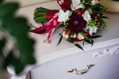 Anillos de bodas en el aparador antiguo blanco Fotografía de archivo libre de regalías