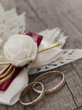 Anillos de bodas en el arreglo del vintage Imágenes de archivo libres de regalías