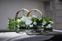 Anillos de bodas en el coche Foto de archivo