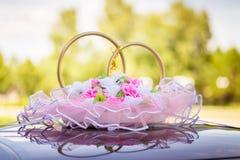 Anillos de bodas en el coche Fotos de archivo libres de regalías