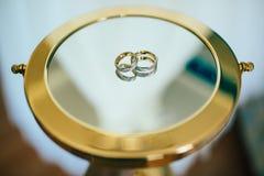Anillos de bodas en el espejo Fotos de archivo libres de regalías