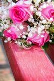 Anillos de bodas en el fondo imágenes de archivo libres de regalías