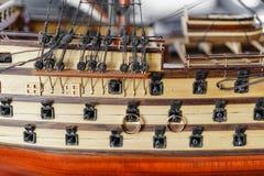 Anillos de bodas en el modelo de madera de la nave medieval Accesorios de novia y del novio Concepto marítimo Imagen de archivo libre de regalías