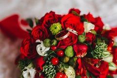 Anillos de bodas en el ramo foto de archivo libre de regalías