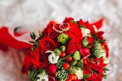 Anillos de bodas en el ramo imágenes de archivo libres de regalías