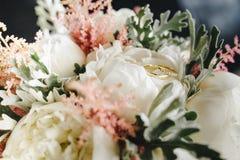 Anillos de bodas en el ramo imagen de archivo libre de regalías