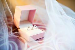 Anillos de bodas en el rectángulo Foto de archivo libre de regalías