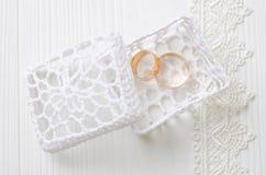 Anillos de bodas en el rectángulo blanco Imagen de archivo libre de regalías
