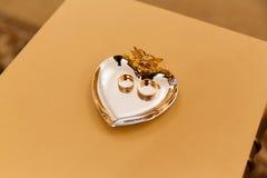 Anillos de bodas en el soporte para los anillos Imágenes de archivo libres de regalías