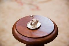 Anillos de bodas en el soporte para los anillos Fotografía de archivo libre de regalías