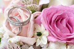 Anillos de bodas en flor Fotografía de archivo libre de regalías