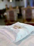 Anillos de bodas en iglesia Imágenes de archivo libres de regalías