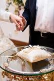 Anillos de bodas en la almohadilla Fotografía de archivo