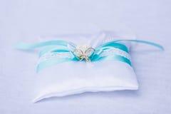 Anillos de bodas en la almohadilla Fotografía de archivo libre de regalías