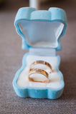 Anillos de bodas en la caja azul Fotografía de archivo libre de regalías